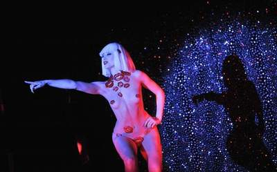 18 juicy shots, lifts the curtain of the legendary cabaret Crazy Horse